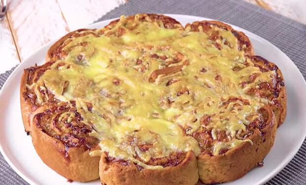 Пирог-рулет: крутим фарш в тесто и заполняем сковороду