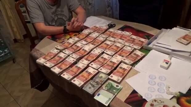 ФСБ показала спрятанные в обувной коробке деньги экс-мэра Челябинска