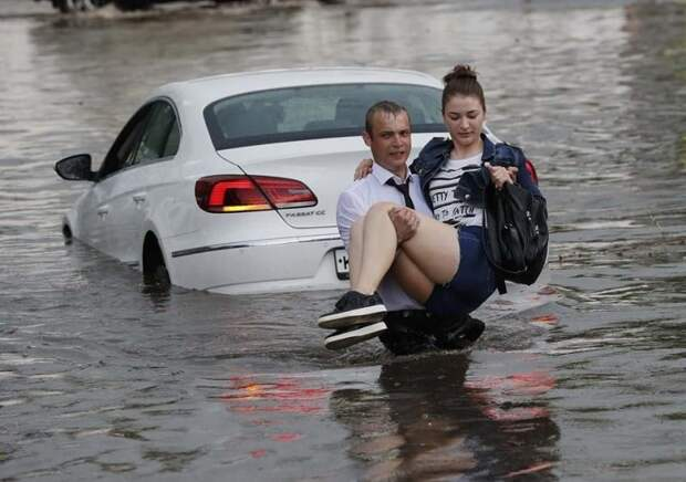 В Нижнем Новгороде молодой человек спас двух женщин из тонущих машин авто, автомобили, героизм, герой, наводнение, помощь, потоп, спасение