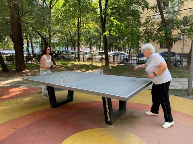 На улице Черняховского возобновились занятия по настольному теннису для пенсионеров