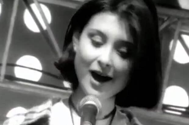 Клип в черно-белом цвете делал песню еще более грустной.