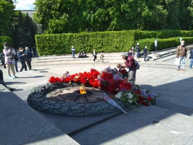 Киев празднует День Победы несмотря ни на что: люди поют военные песни и возлагают цветы