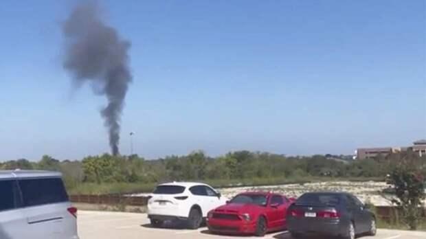 Разбившийся в США военный самолет повредил два дома