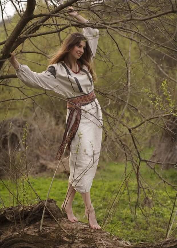 Арийка в лесу