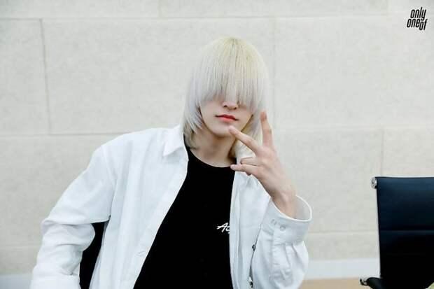Безликая звезда: почему корейский певец прячет лицо за длинными волосами