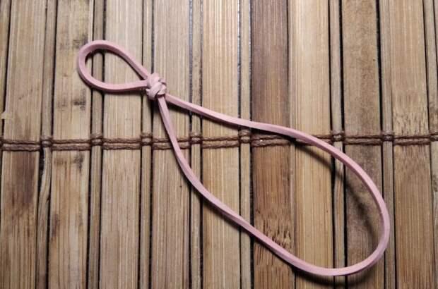 Чтобы резинка прочно держалась на лезвии ножа, необходимо сделать узел с петлей
