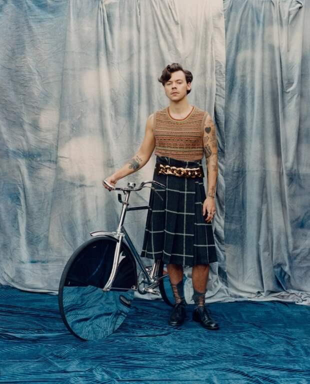 Мужское— женское? Британский певец появился наобложке журнала Vogue вплатье
