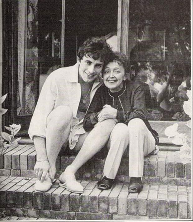 На изображении может находиться: 2 человека, люди сидят, обувь и на улице