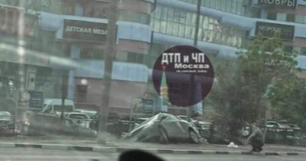 Легковушка приземлилась у торгового центра рядом с Куркино