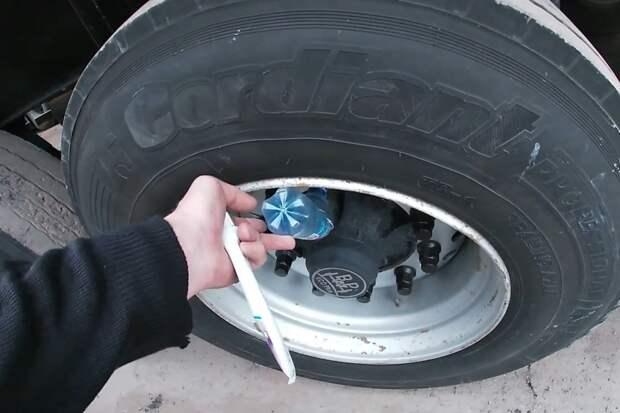 Мудрый дальнобойщик показал, зачем ему бутылки в колесах фуры