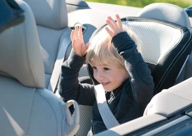 """Усадив детей сзади, во-первых закройте двери, а во-вторых постарайтесь не давать им предметы, которые могут закатиться под сиденье - иначе вы можете в один """"чудесный"""" момент не нажать педаль тормоза от подкатившейся под него бутылки ил игрушки. автомобили, всячина, интересное, полезное, советы"""