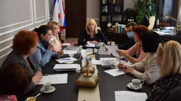 Заместитель Председателя Совета министров Крыма Анна Анюхина провела в Ялте выездной прием граждан и встретилась с трудовыми коллективами