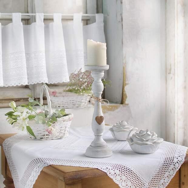 Кружевная скатерть на столе. / Фото: stroy-podskazka.ru