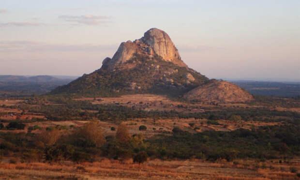 Гора Хора в Малави, где была найдена самая древняя из тех ДНК, которые исследователи использовали в своей работе. ДНК принадлежала женщине, жившей более 8000 лет назад. (Фото: Jessica C. Thompson/Emory University.)