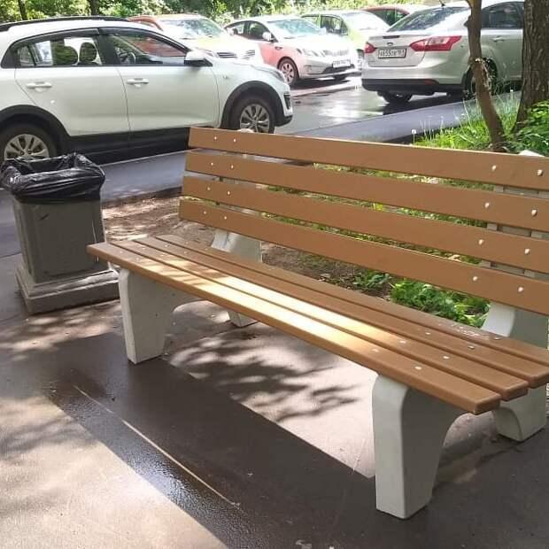 Во дворе на Малахитовой отремонтировали асфальт и заменили скамейки