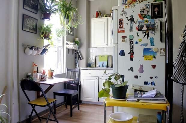 Хороший вариант оформить мини-кухню с множеством нужных элементов что точно понравятся.