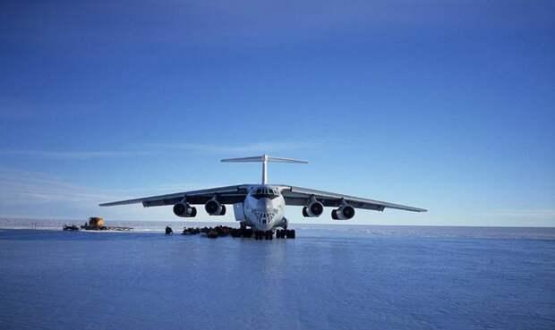 Антарктика Ice Runway Строго говоря, это даже не аэропорт, а отдельная взлетно-посадочная полоса. Покрытием служит лед и снег, которые подготавливают к каждому сезону, а длится он до момента таяния снега. На полосу приземляются самолеты, перевозящие груз и исследователей на ближайшую станцию под названием Мак-Мердо. Место вполне надежное и безопасное, но лишь до того момента, пока все не начинает таять. В таких условиях самолет может попросту увязнуть в снегу или того хуже — проломить лед. На этот период самолеты перенаправляют на другую полосу, но риск упустить тот самый момент все же есть, поэтому полоса стабильно удерживает свою позицию списке самых опасных аэропортов мира.