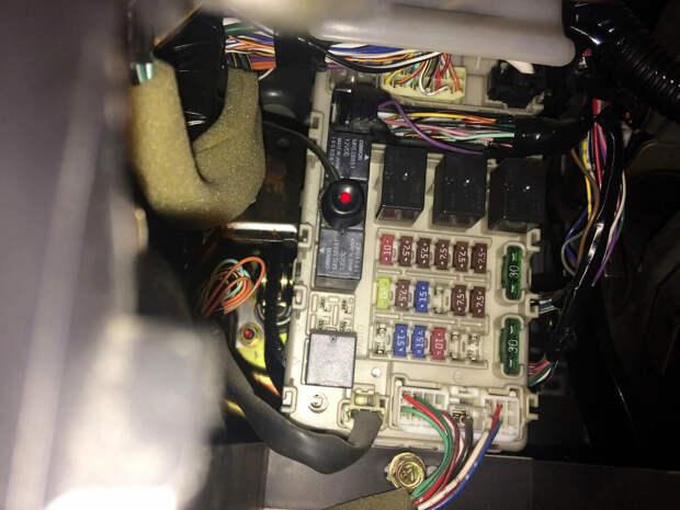 Обнаружил в блоке предохранителей автомобиля странную кнопку. Узнал у электрика, для чего она нужна