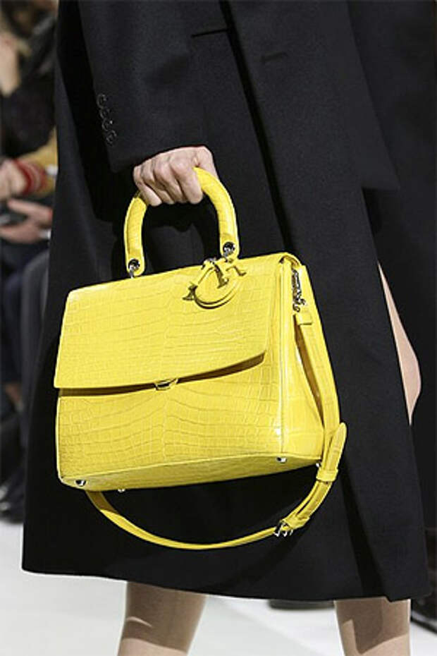 Сумка на цепочке в форме трапеции от Christian Dior