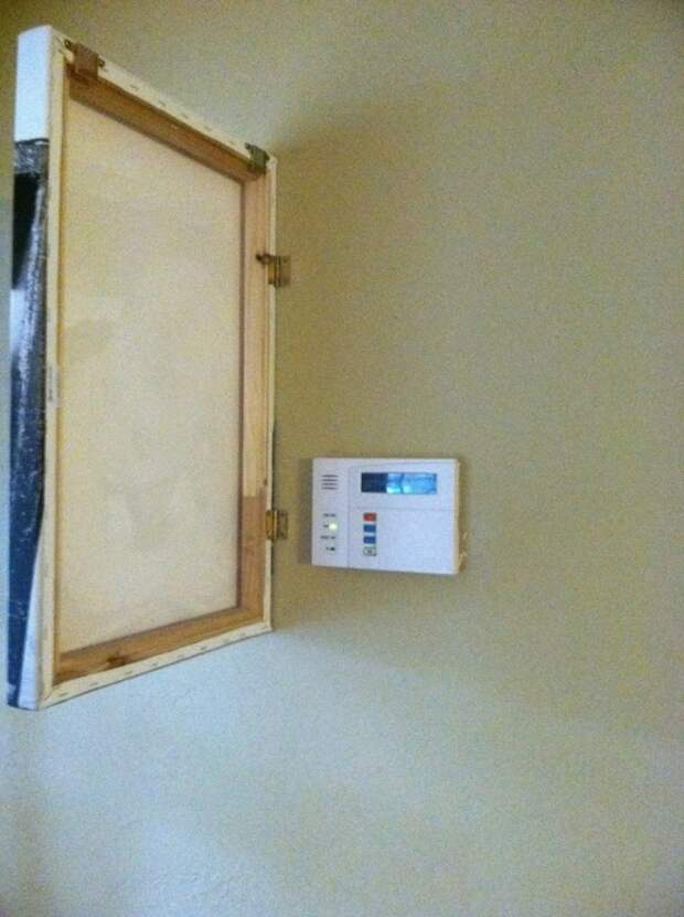 Если в вашем доме установлена сигнализация, ее можно спрятать под специально спроектированной картиной.