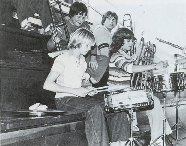 Еще молодой Курт Дональд Кобейн играет на ударных инструментах на репетиции в 1981 году.