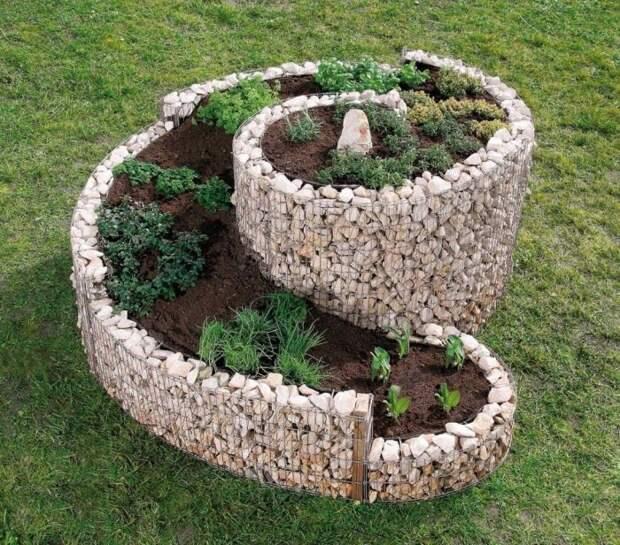 Эстетичные габионы великолепно вписываются в зеленый ландшафт садового участка.