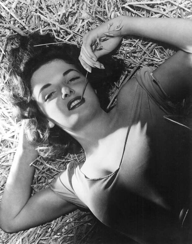 "Джейн Расселл на съемках фильма ""Вне закона"" (1943)"