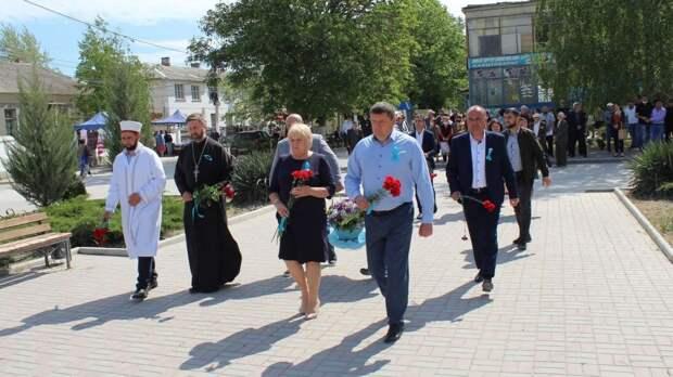 Руководители Белогорского района Сергей Махонин и Галина Перелович возложили цветы к памятному знаку жертвам депортации