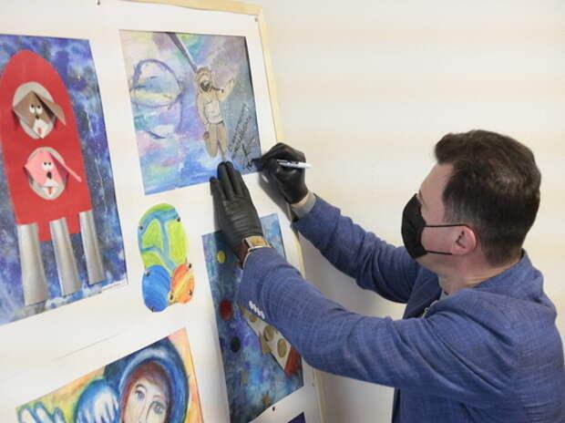 Летчик-космонавт Роман Романенко встретился с юными художниками Москвы