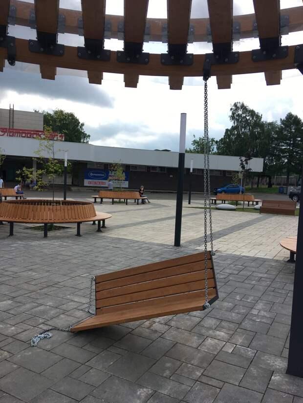 Первые «косяки»: на обновленной Привокзальной площади Глазова сломались качели