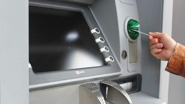 Четыре российских банка запустят сервис для снятия денег по QR-коду