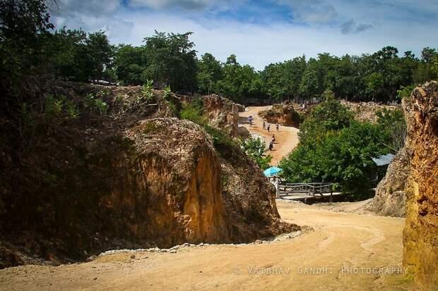 Дорога к храму тигров в Таиланде. Фото