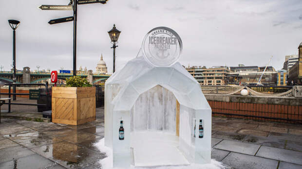 Британцы открыли бар со стенами из пива, которые можно лизать