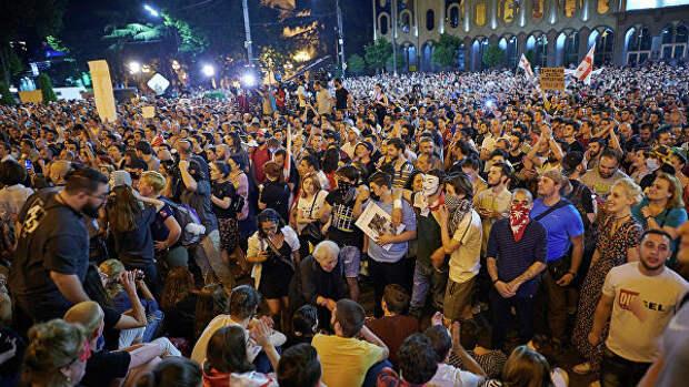 Участники акции протеста у здания парламента Грузии в Тбилиси. 22 июня 2019