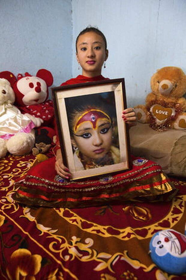 Самита Баджрачарья, 12 лет. Полгода назад девочка вернулась к земной жизни, пока с трудом ходит в школу богини, девушки, непал