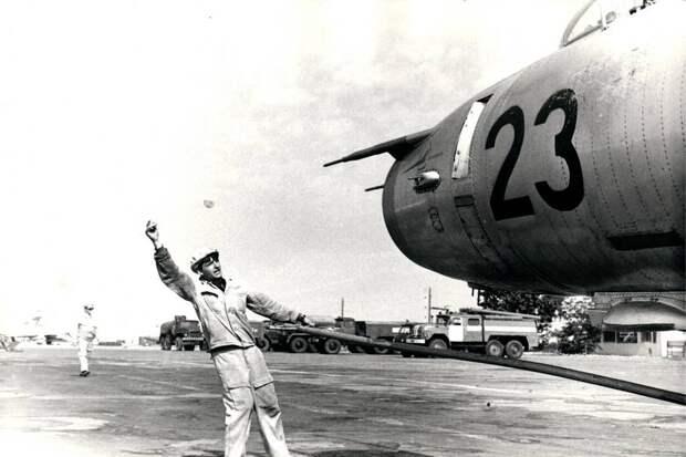 Техник с помощью жестов и водила командует ручной закаткой самолета Су-17 борт 23. На носовой части установлен датчик углов атаки, который оказался необходим самолету, получившему новые маневренные качества