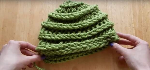 Двусторонняя вязаная на руках шапочка: за 10 минут без спиц и крючка