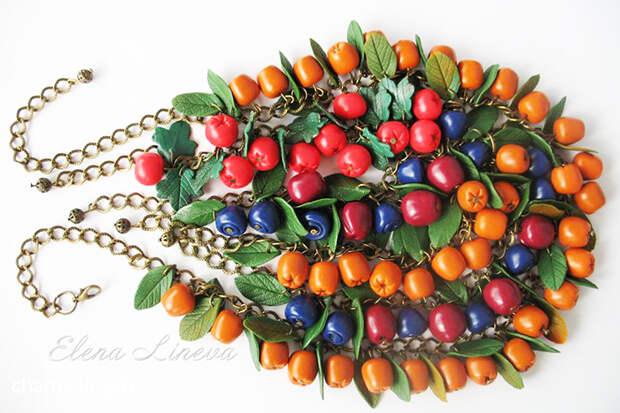 Много бижутерии с ягодами из полимерной глины