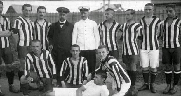 Соколов — второй слева.