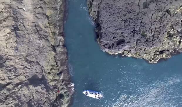 Это единственное место, где можно пришвартоваться, поэтому путешественники вынуждены подниматься по камням (о.Эдлидаэй, Исландия).   Фото: youtube.com/ © Torz Film.
