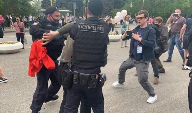 Полиция начала задержания протестующих против закона о просветительской деятельности