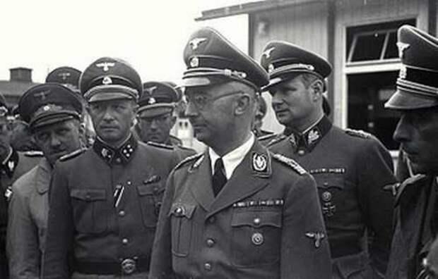 Высшие чины СС во время визита в концлагерь Маунтхаузен. В центре – Генрих Гиммлер, за ним (второй справа) Карл Вольф. Апрель 1941 г.
