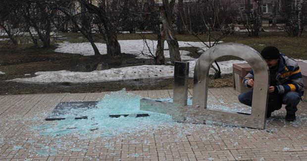 В Сыктывкаре рухнул памятник рублю