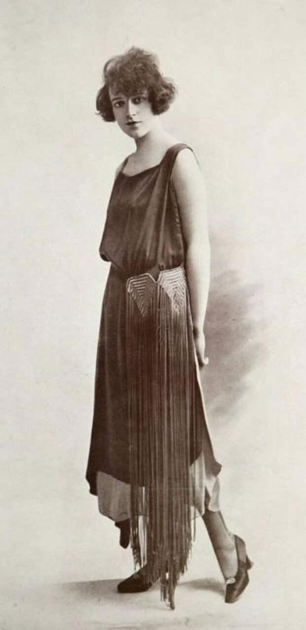 Вечернее платье с длинной черной бахромой.