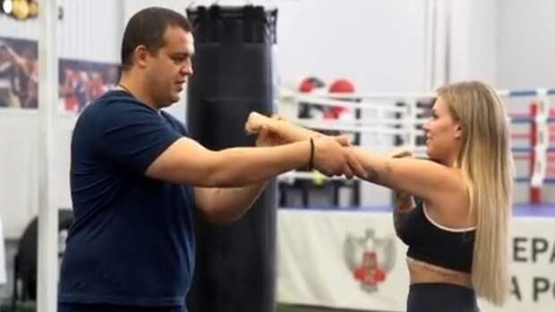 Кремлев провел тренировку по боксу с певицей Ритой Дакотой: видео