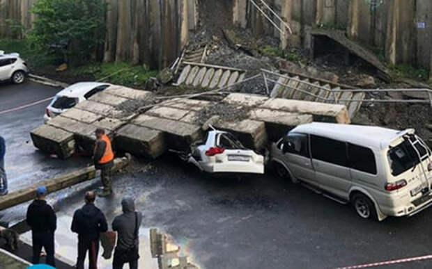 Машины расплющены бетонными блоками: циклон во Владивостоке