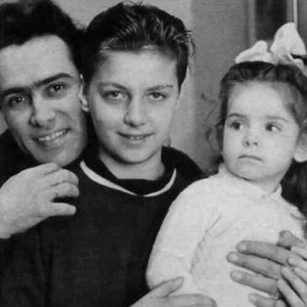 Молодая семья: Николай Сличенко с женой и дочерью.
