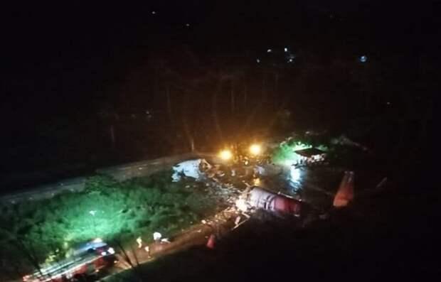 В Индии при жесткой посадке самолет развалился на две части