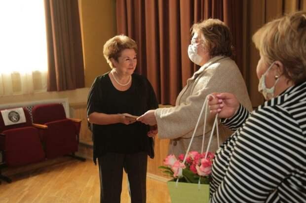 В Ховрино поздравили учителей воспитавших выпускников- стобалльников. Фото - Андрей Дмытрев