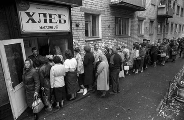 Даже хлеб оказался дефицитным товаром в эти апрельские дни. Источник: back-in-ussr.com